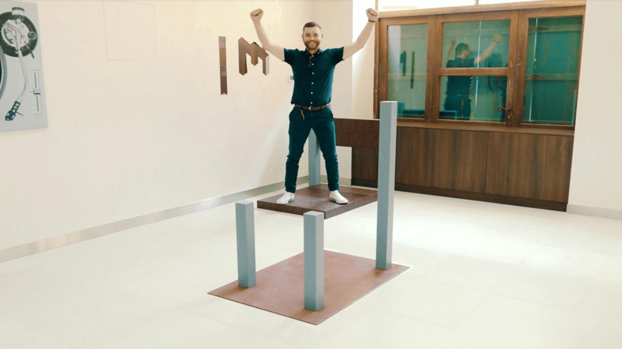 איש עומד על כיסא
