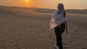 אישה הולכת במדבר