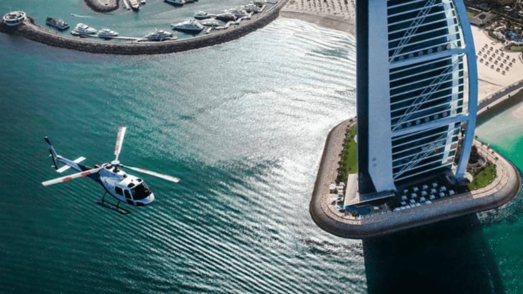 צילום אווירי של מסוק מעל הים