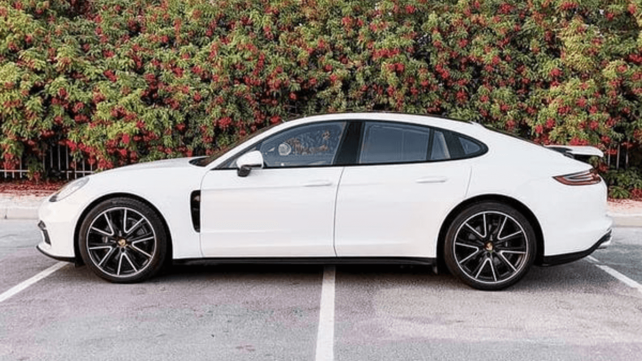 מכונית יוקרה לבנה בחניה