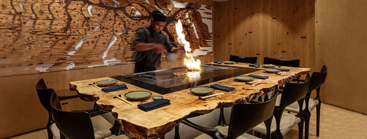שף מכין אוכל בשולחן