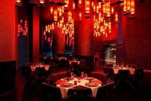 מסעדה מוארת באדום