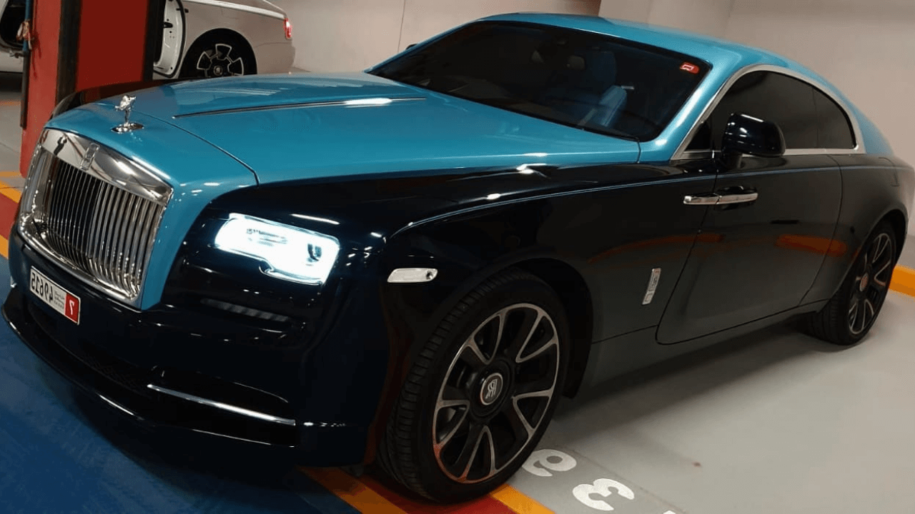 מכונית יוקרה שחור-כחול