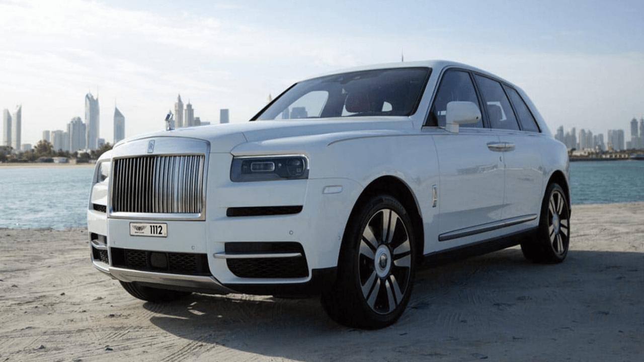 מכונית לבנה על חוף
