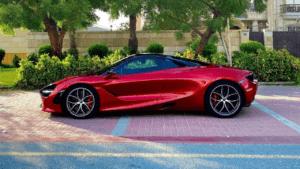מכונית יוקרה אדומה