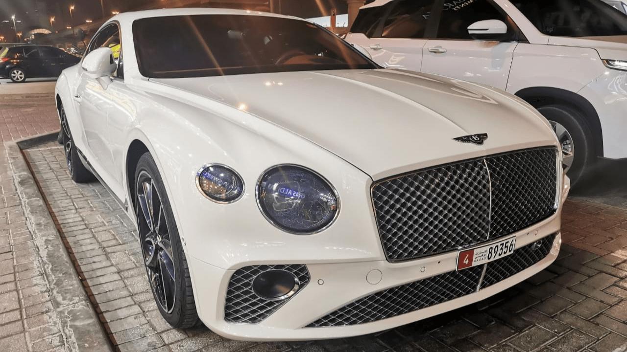 מכונית יוקרה לבנה